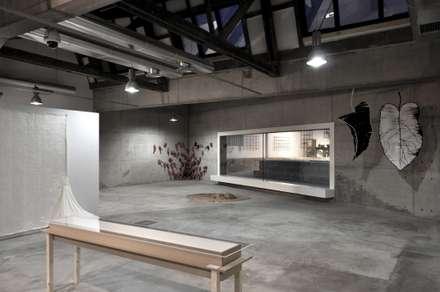 Casa da Memória em Guimarães: Escritórios e Espaços de trabalho  por Miguel Guedes arquitetos