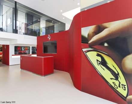 ferrari: Concesionarios de automóviles de estilo  por minima arquitectos