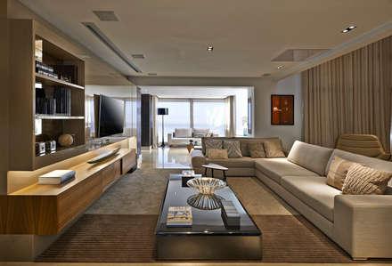 Salas multimedias de estilo  por Bellini Arquitetura e Design