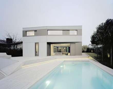 Pool-Terrasse: minimalistischer Pool von pur natur