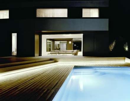 Pool-Terrasse bei Nacht mit LED-Beleuchtung: minimalistischer Pool von pur natur