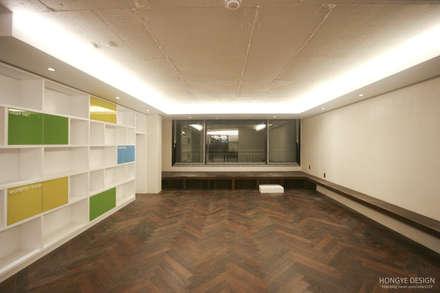 네 가족이 사는 심플모던스타일의 집_48py: 홍예디자인의  거실