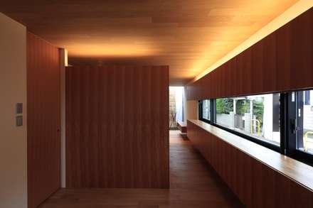 まぁるい引き手のある家: 有限会社Kaデザインが手掛けた寝室です。