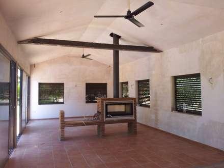 Casa de piscina - La Sierrezuela: Cocinas de estilo clásico de gsformato