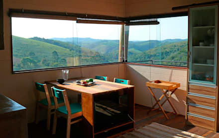 Vista para o vale da sala de jantar: Salas de jantar rústicas por Cabana Arquitetos
