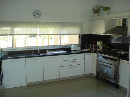 Cocina integrada: Cocinas de estilo rústico por Fainzilber Arqts.