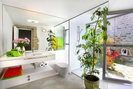 Instalções Sanitárias: Casas de banho modernas por MANUEL CORREIA FERNANDES, ARQUITECTO E ASSOCIADOS