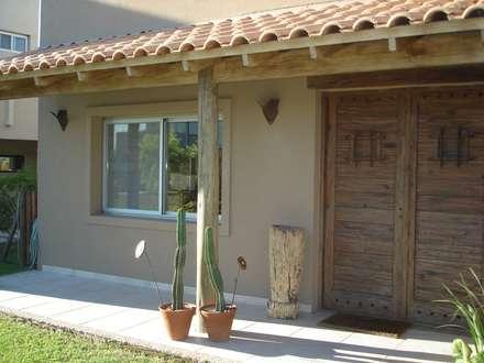 Galería en acceso principal: Casas de estilo rústico por Fainzilber Arqts.