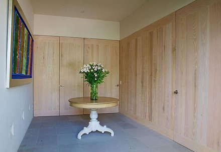Casa Horizonte 9: Vestidores de estilo ecléctico de Mayúscula Arquitectos
