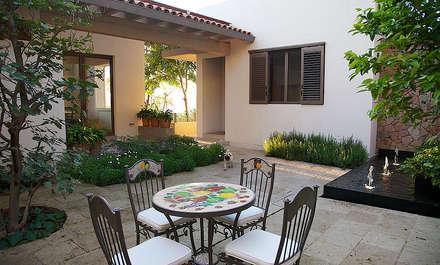 Casa Horizonte 9: Jardines de estilo ecléctico por A Mayúscula Arquitectos