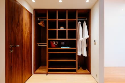 Gwel an Treth: modern Dressing room by Perfect Stays