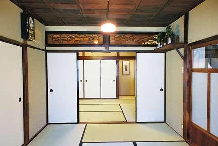 住み継がれていく昭和の住まい: kOGA建築設計室が手掛けた寝室です。