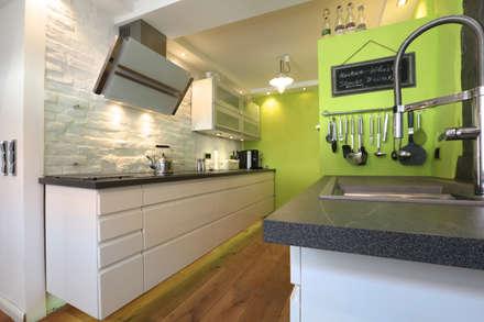 komplette Sanierung von Fachwerkhaus: moderne Küche von K&R Design GmbH