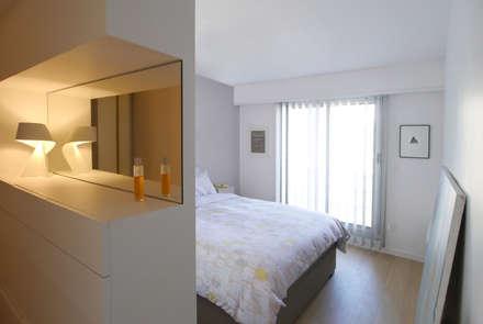 Dressing - Chambre: Chambre de style de style Moderne par MELANIE LALLEMAND ARCHITECTURES