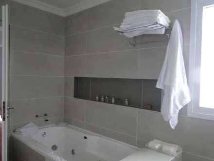Casa en Los Alisos - Nordelta: Baños de estilo clásico por Arquitectos Building M&CC - (Marcelo Rueda, Claudio Castiglia y Claudia Rueda)