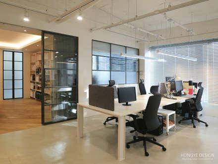 인테리어 사무실 인테리어_홍예디자인: 홍예디자인의  서재 & 사무실