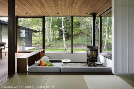 和室+リビング~037軽井沢 I さんの家: atelier137 ARCHITECTURAL DESIGN OFFICEが手掛けたリビングです。