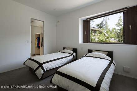 寝室~037軽井沢 I さんの家: atelier137 ARCHITECTURAL DESIGN OFFICEが手掛けた寝室です。