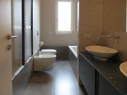 BAGNO: Bagno in stile in stile Minimalista di ama3