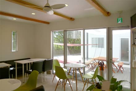 Sala multimediale in stile  di 竹田廉太郎建築設計室