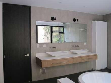 APTO MEJIA - MORA: Baños de estilo moderno por unouno estudio