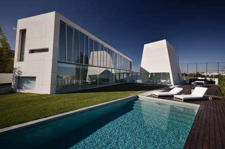 Vista Exterior: Piscinas minimalistas por guedes cruz arquitectos
