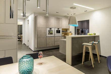 LUXHAUS Musterhaus München: moderne Küche von Lopez-Fotodesign