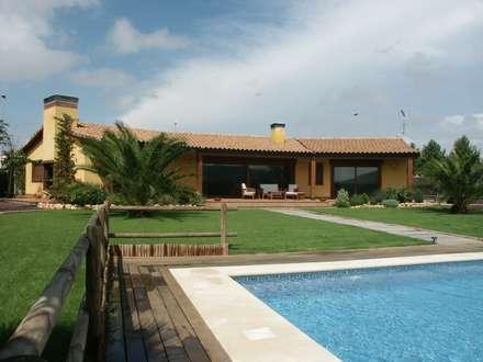 Jardin y porche: Casas de estilo mediterráneo de RIBA MASSANELL S.L.