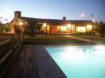 Porche de noche: Casas de estilo mediterráneo de RIBA MASSANELL S.L.