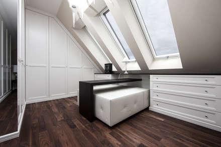 Dachgeschosswohnung: klassische Ankleidezimmer von Cordier Innenarchitektur