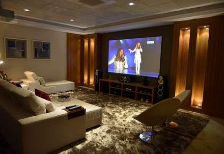 minimalistic Media room by Belisa Corral - Arquitetura & Interiores