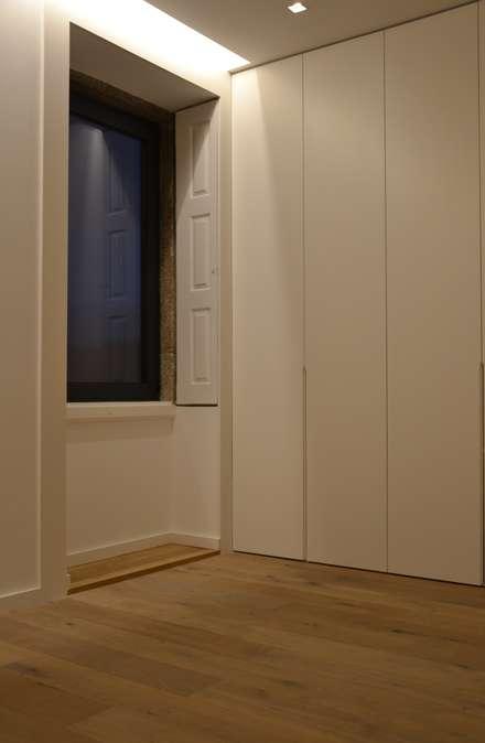 Walk in closet de estilo  por PAULA NOVAIS ARQUITECTOS E DESIGN