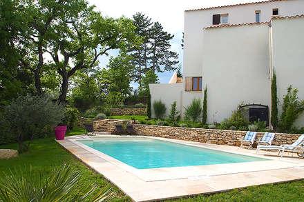 La piscine en Béton à Nice: Piscine de style de style Méditerranéen par Oplus piscines