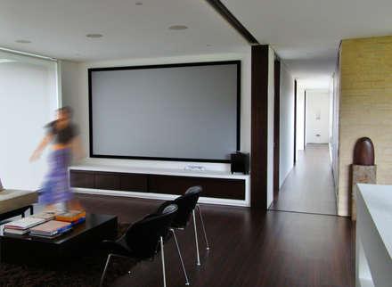 Casa H: Salas multimedia de estilo minimalista por David Macias Arquitectura & Urbanismo