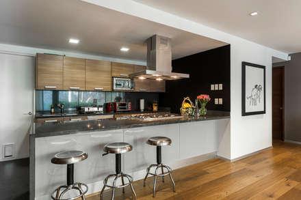 DEPARTAMENTO EN LAS LOMAS: Cocinas de estilo ecléctico por MAAD arquitectura y diseño