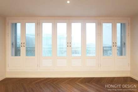 프렌치도어 시공으로 이국적인 느낌의 33py : 홍예디자인의  창문