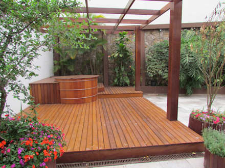 Ofurô na área externa: Jardins modernos por Ana Donadio Arquitetura
