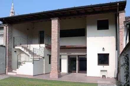 Cà dei Pòbiér: Terrazza in stile  di NCe Architetto