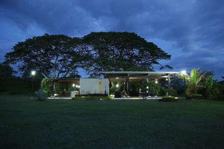 ESTADERO ROZO ARB : Casas de estilo tropical por COLECTIVO CREATIVO