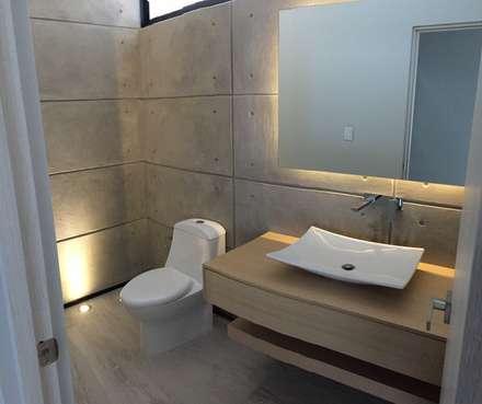 Teques 154: Baños de estilo  por SANTIAGO PARDO ARQUITECTO