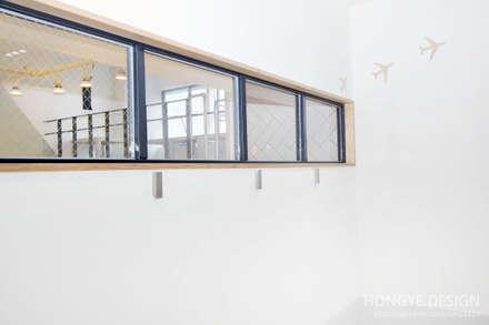 카페에서 공부하는듯한 어학원 인테리어: 홍예디자인의  창문 & 문