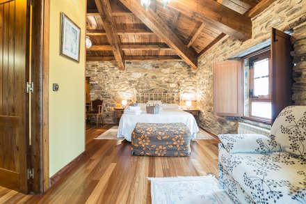 Espacios en Galicia. Casa do Morcego: Dormitorios de estilo rural de Decoraciones Gladys