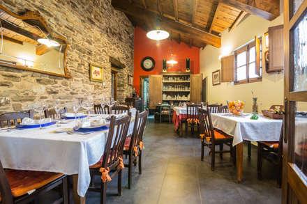 Espacios en Galicia. Casa do Morcego: Comedores de estilo rural de Decoraciones Gladys
