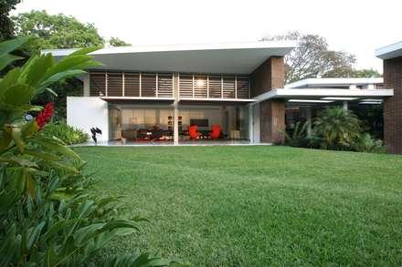 Casa BA: Jardines de estilo moderno por oda - oficina de arquitectura