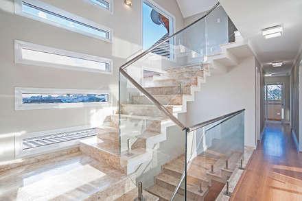 Escada Iluminada : Corredores, halls e escadas modernos por Patrícia Azoni Arquitetura + Arte & Design