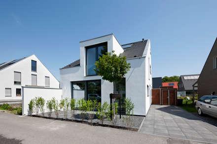 Wohnhaus Sürth: moderne Häuser von Corneille Uedingslohmann Architekten