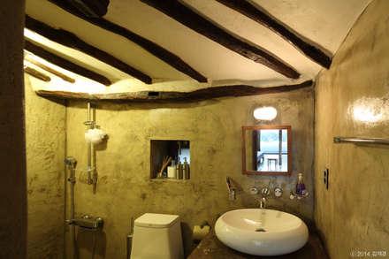 Baños de estilo rústico por Z_Lab