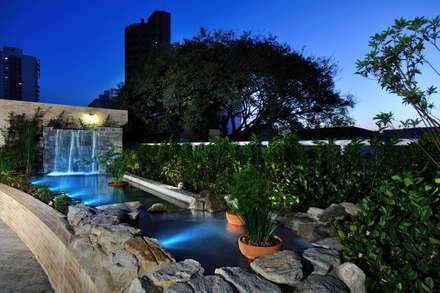 Paisagismo para Entrada Social de Edifício: Jardins ecléticos por Eduardo Luppi Paisagismo Ltda.