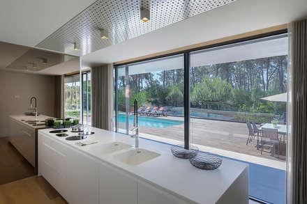 AM 2014 - Fão: Cozinhas modernas por INAIN® interiordesign