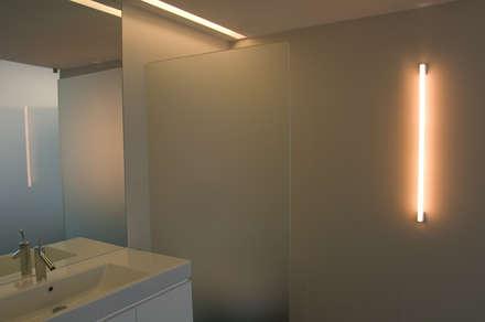 casa de banho principal: Casas de banho minimalistas por feedback-studio arquitectos